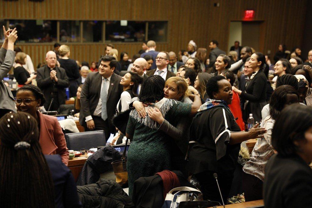 与会者庆祝妇女地位委员会第63届会议在纽约联合国总部落幕。