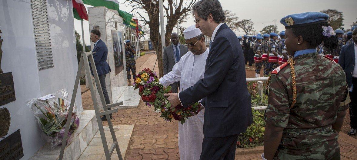 Le chef de la MINUSMA, Mahamat Saleh Annadif (à gauche) et l'Ambassadeur de France à l'ONU et Président du Conseil de sécurité, François Delattre, déposent une gerbe en l'honneur des Casques bleus tués au Mali.