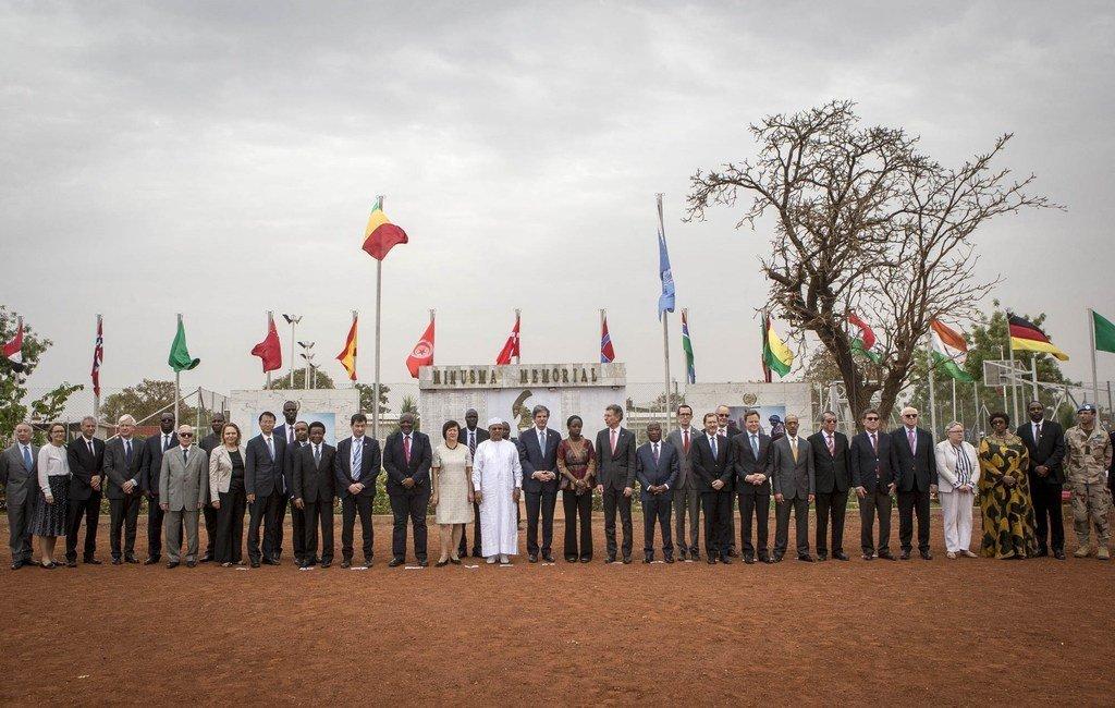 La délégation du Conseil de sécurité, la ministre malienne des affaires étrangères, Kamissa Camara, et le leadership de la MINUSMA participent à une en l'honneur des Casques bleus tués en mission au Mali.