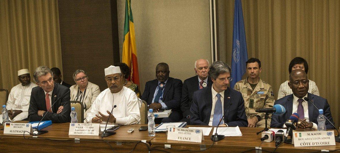 Ujumbe wa Baraza la Usalama la Umoja wa Mataifa na mkuu wa MINUSMA wakizungumza na wanahabari katika mji mkuu wa Mali Bamako tarehe 23 Machi 2019.