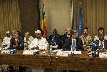 माली के बामाको में संयुक्त राष्ट्र सुरक्षा परिषद प्रतिनिधिमंडल पत्रकार वार्ता को संबोधित करते हुए.