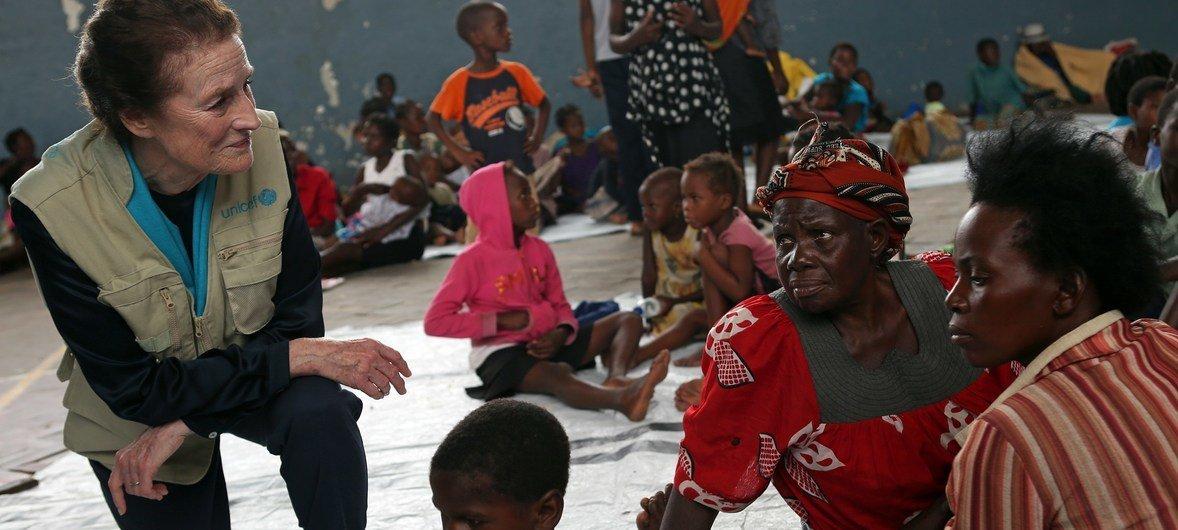 Mkurugenzi mtendajji wa UNICEF,Henrietta H.Fore akiongea na waathirika wa kimbunga Idai alipoyatembelea makazi yao ya muda katika shule ya sekondari mjini Beira Msumbiji.