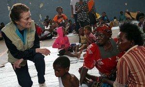 المديرة التنفيذية لمنظمة الأمم المتحدة للطفولة السيدة هنريتا فور في زيارة لمدرسة ثانوية في بيرا في موزمبيق، يتم استخدامها لإيواء الذين تم إجلاؤهم من مناطقهم وبيوتهم بسبب إعصار إيداي.