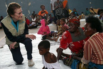 स्कूल में शरण लिए बच्चों से बात करतीं यूनिसेफ़ प्रमुख हेनरिएटा फ़ोर.