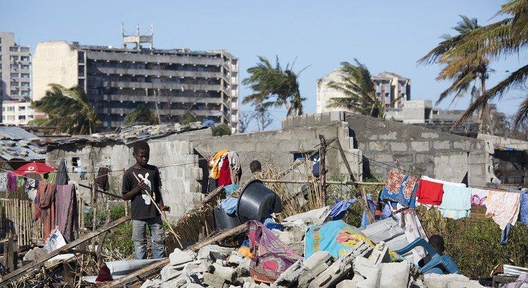 Un niño cerca de una casa destruida por el paso del ciclón Idai en la ciudad portuaria de Beira, en Mozambique.