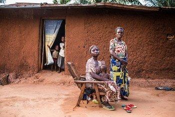 Taswira ya vizazi vitatu vilivyoathirika na machafuko Ndaya Monique wa umri wa miaka 60, na mwanae Mujinga Chantal na mjukuu wake Karumbu Léonard, 10 katika mkoa wa Kasai-Oreintal, DRC