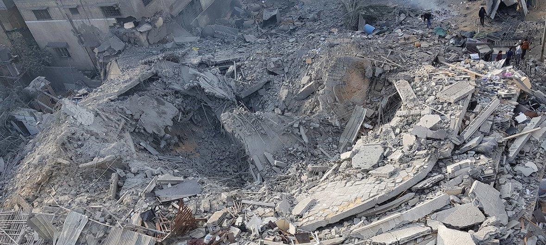 Разрушение после обстрела жилого многоэтажного здания в городе Газа