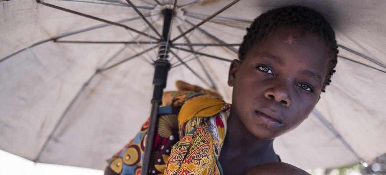 """热带气旋""""伊代""""在莫桑比克造成数千人流离失所。在栋多的一处临时营地内,阿鲁米达抱着她年幼的弟弟安东尼奥。"""
