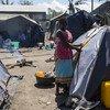 Esther junto da tenda para deslocados em Dondo, Moçambique