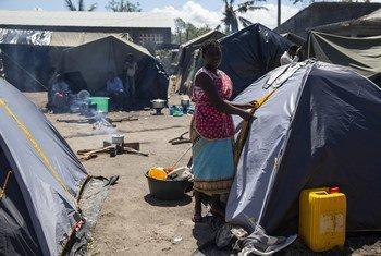 Esther à côté de la tente dans laquelle elle vit dans un camp pour personnes déplacées à Dondo, au Mozambique. Le cyclone Idai a déplacé des milliers de personnes.