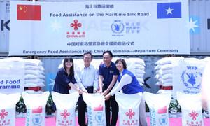 2017年6月,世界粮食计划署驻华代表屈四喜参加在上海举行的中国对索马里紧急粮援启动仪式。
