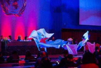 Un grupo de artistas participan en la inauguración de la sexta edición del Foro de Asia y el Pacífico sobre Desarrollo Sostenible.