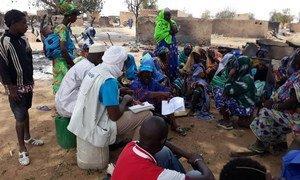 Funcionários do Unicef com população em Bankass, no Mali