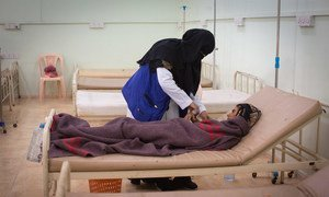 A cholera patient receives treatment in Aden's Al-Sadaqah Hospital. (August 2018).