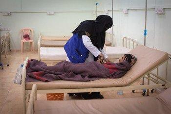 Paciente de cólera recebe tratamento no Hospita iemenita Al-Sadaqah, Aden.