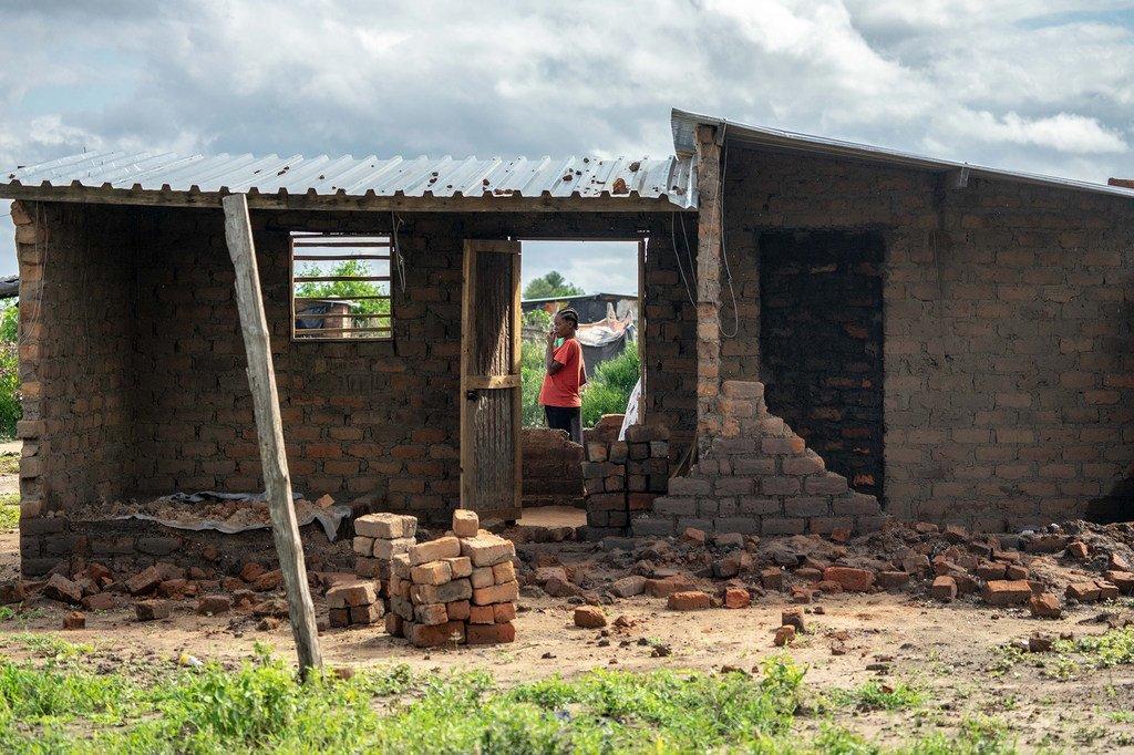 """热带气旋""""伊代""""对津巴布韦东南部的一处难民营造成严重破坏,据估计有两千多所房屋被毁。"""