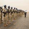Le Secrétaire général de l'ONU, António Guterres, passe en revue une garde d'honneur composée de Casques bleus de la Mission multidimensionnelle des Nations Unies pour la stabilisation au Mali (MINUSMA) lors d'une visite à Mopti en mai 2018. (archive)