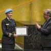 यूएन महासचिव से पुरस्कार स्वीकार करतीं लेफ़्टिनेंट कमांडर ब्रागा.