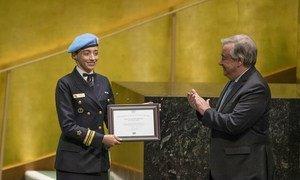 Le Secrétaire général António Guterres (à droite) décerne le prix du Défenseur de l'égalité des sexes des Nations Unies Marcia Andrade Braga, Casque bleue à la MINUSCA en République centrafricaine.