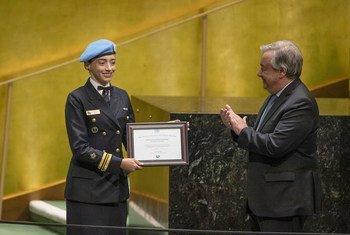 Secretário-geral entrega prêmio à militar brasileira Márcia Andrade Braga