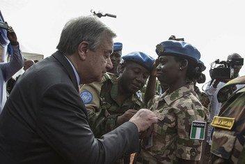 Le Secrétaire général de l'ONU, António Guterres, remet une médaille à une Casque bleue du Nigéria déployée au Mali, lors d'une cérémonie à Bamako en mai 2018.