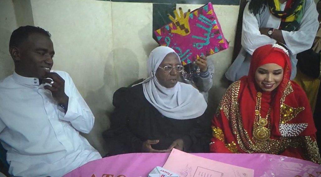السيدة أم كلثوم أول مأذونة في أسوان أثناء عقد قران في قرية غرب أسوان بصعيد مصر.