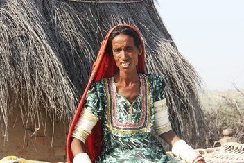 امرأة مصابة بالسل في باكستان لم تُشخص إصابتها طوال خمس سنوات، لأنها لم تستطع تحمل تكلفة المواصلات البالغة دولارين من قريتها إلى المستشفى في منطقة مجاورة.