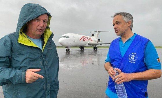 Porta-voz do PMA Gerald Bourke e coordenador de emergência Pedro Matos na Beira, Moçambique