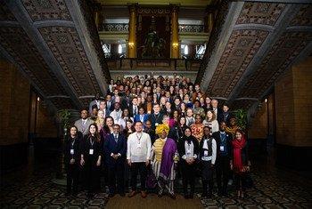 在芬兰赫尔辛基举行的首届青年参与和平进程国际研讨会与会者合影。