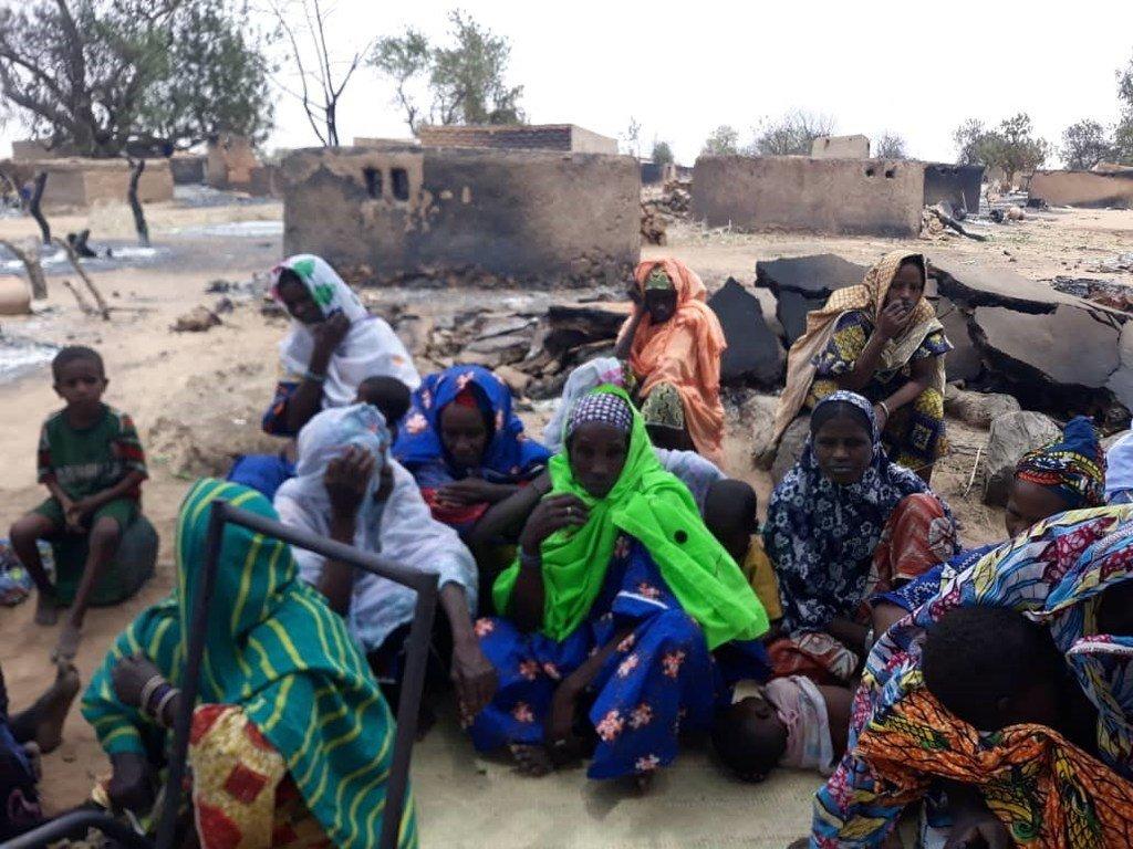 La population d'Ogossagou, village de la région de Mopti au Mali. L'attaque de ce village le 23 mars a fait plus de 160 morts et 70 blessés. Des centaines de personnes sont déplacées et de nombreuses habitations et greniers incendiés.