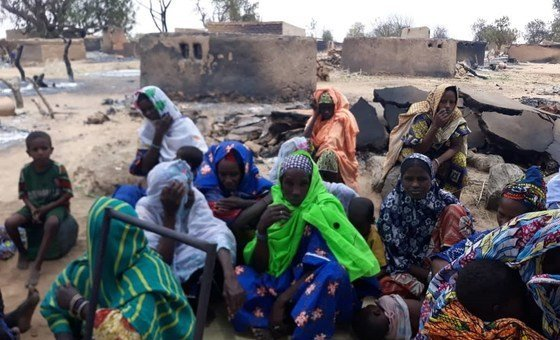 Segundo informações preliminares, homens armados invadiram a aldeia e lideraram um ataque que deixou pelo menos 95 mortos e muitos feridos.