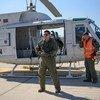 Les Casques bleus de la force de maintien de la paix de l'UNFICYP argentin, affectés à l'Unité aérienne de la force de la mission, effectuent régulièrement des patrouilles en hélicoptère le long de la zone tampon.