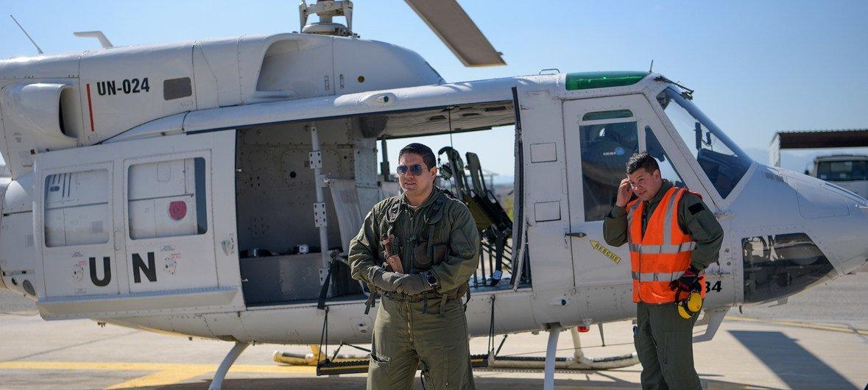 El personal de la unidad de vuelo de la Fuerza de la ONU para el Mantenimiento de la paz en Chipre patrulla helicópteros a lo largo de la zona de amortiguación periódicamente.