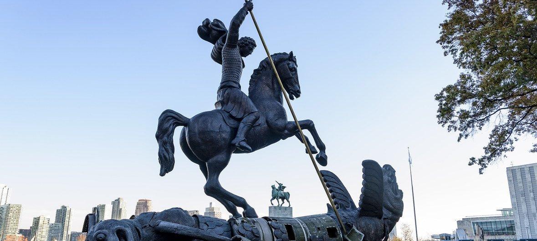 La sculpture Le Bien défait le Mal, au siège de l'ONU, représente St. George terrassant le dragon. Le dragon a été créé à partir de fragments de missiles nucléaires soviétiques SS-20 et américains Pershing qui ont été détruits en vertu du traité FNI.