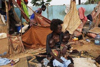 Las gemelas Elizabeth y Madelina, que sufren de malnutrición, están con un familiar en la calle en la que viven en Juba, en Sudán del Sur.