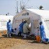 Wahudumu wa afya wakiwa nje ya hema linalotumika kwa ajili ya matibabu ya kipindupindu yaliyoandaliwa na MSF, UNICEF na msaaba mwekundu katika kituo cha afya cha Macuruguo mjini Beira.