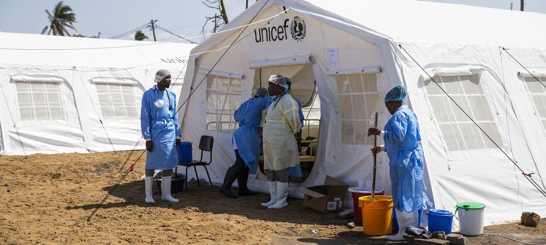Trabalhadores humanitários entram numa tenda para tratamento de cólera na cidade da Beira.