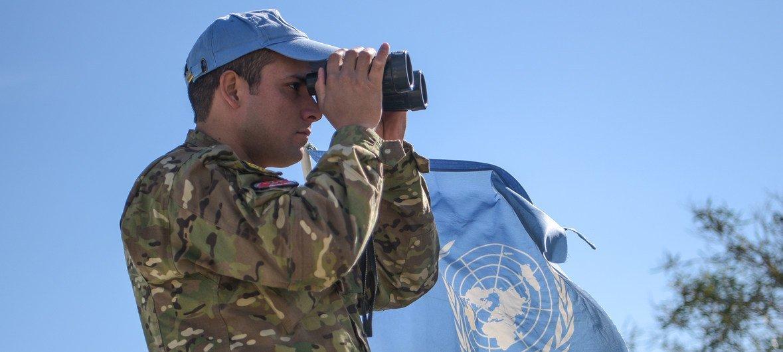 Boina-azul da ONU em Chipre, controlando zona entre duas partes