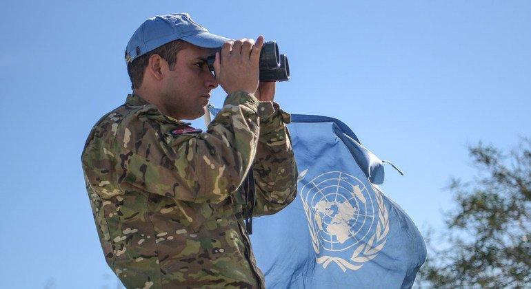 Миротворец ООН патрулирует буферную зону, разделяющую позиции кипрской национальной гвардии и турецких и кипрско-турецких сил.