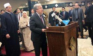 Le Secrétaire général des Nations Unies, António Guterres, s'exprimant à l'intérieur de la mosquée historique Al-Azhar au Caire, Égypte. 2 avril 2019.