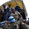 Soldados da paz ajudam pessoas a preparar para uma tempestade no Haiti, em 2010