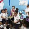 La directora ejecutiva de UNICEF, Henrieta H. Fore, con estudiantes de la escuela Roberto Suazo Córdoba, en Tegucigalpa.