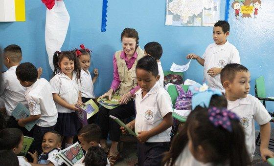 联合国儿童基金会执行主任福尔在洪都拉斯的一所学校会见学生。
