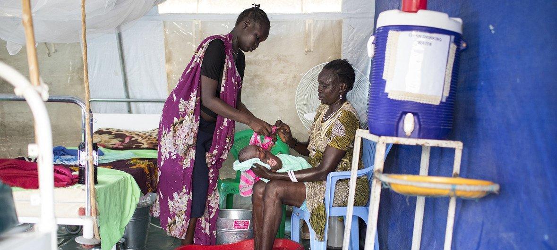 Amani huko Upper Nile nchini SUdan Kusini itasaidia wazazi kama aonekanavyo pichani kuweza kupata huduma bora kwake yeye na mtoto. Pichani ni kituo kinachosaidiwa na UNICEF mjini Malakal