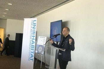 腾讯首席探索官网大为(David Wallerstein)在4月3日联合国人居署与中国腾讯公司在纽约联合国总部共同举办的一场主题研讨会上致辞。