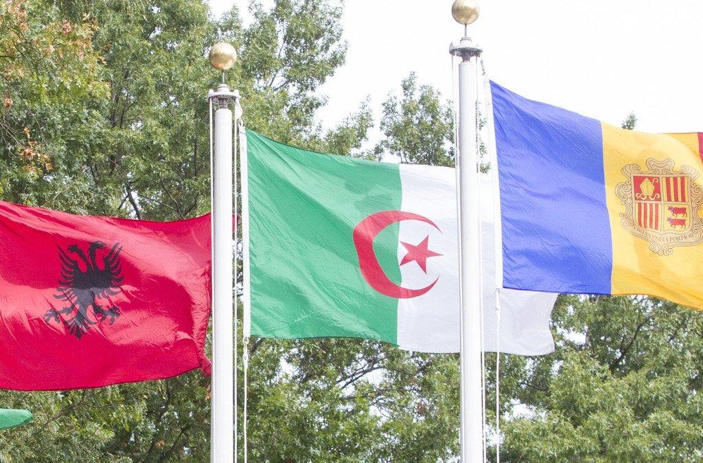 Le drapeau de l'Algérie (au centre) flottant au siège des Nations Unies à New York.