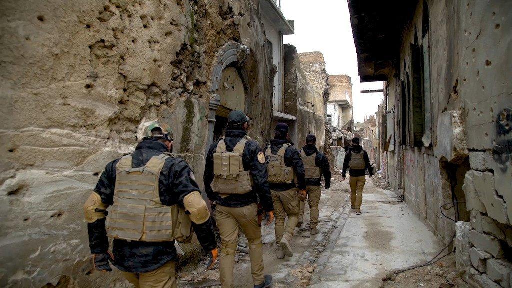 فريق تابع لبرامج دائرة الأمم المتحدة للأعمال المتعلقة بالألغام يعمل في البحث عن الألغام في غرب الموصل، العراق.