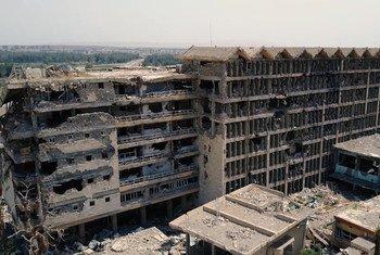 """مشهد من فيلم """"الموصل - مدينة تحت احتلال داعش"""" يوضح حجم الخراب الذي خلفته الحرب من الدمار والمباني المفخخة بالمتفجرات."""