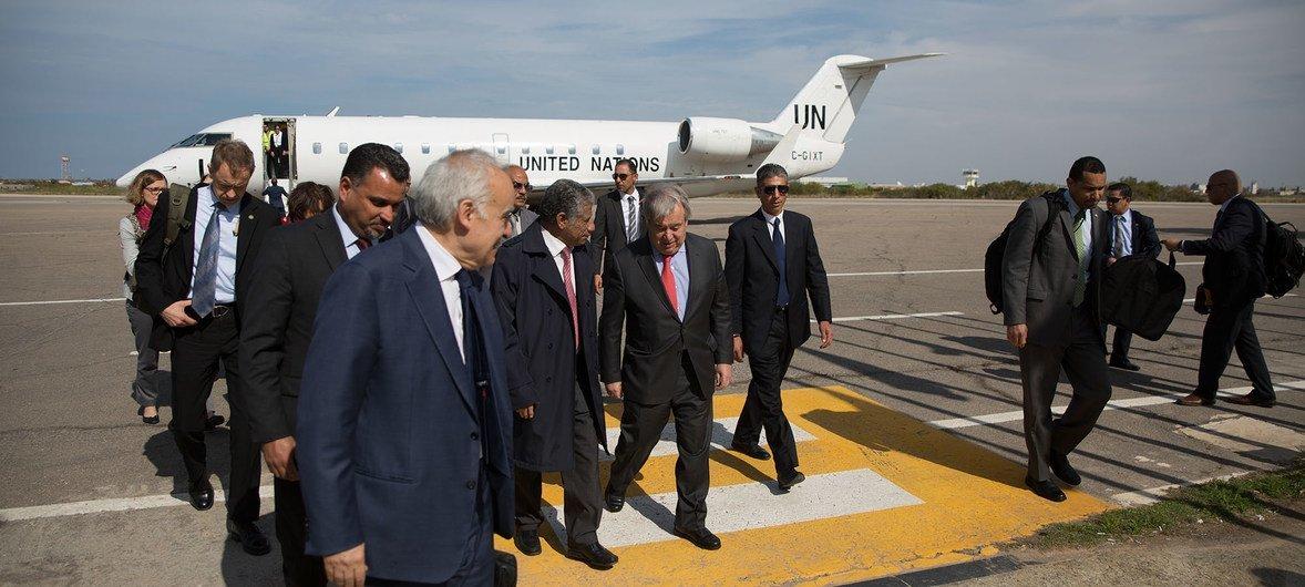 Генсек ООН завершил визит в Ливию. На фото: Генсека ООН Антониу Гутерриша встречают в аэропорту Триполи. 4 апреля 2019 года.