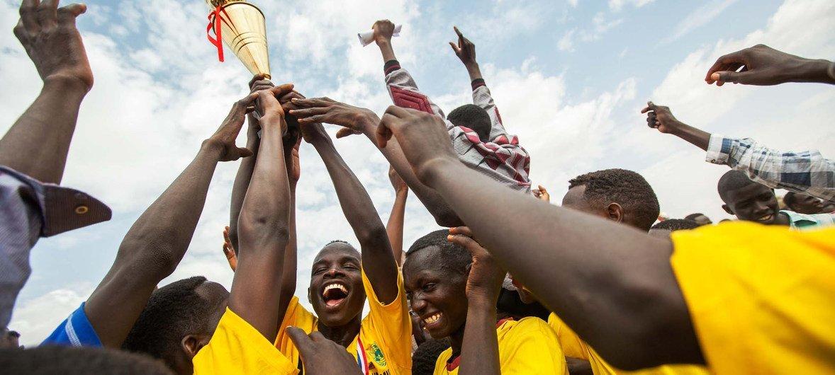 通过体育支持难民及收容社区联合国难民署获颁奥林匹克奖杯